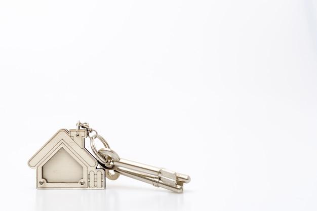 Домашний ключ на табеле. концепция бизнеса недвижимости.