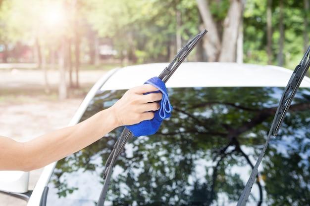 マイクロファイバーの布 - 車の詳細と係員の概念が付いている車の掃除人