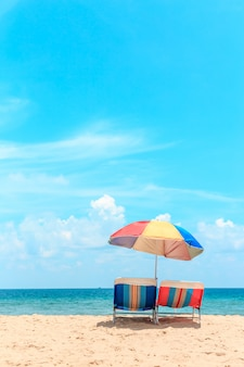 タイ、プーケットのカロンビーチ。ビーチパラソルと白い砂のビーチ