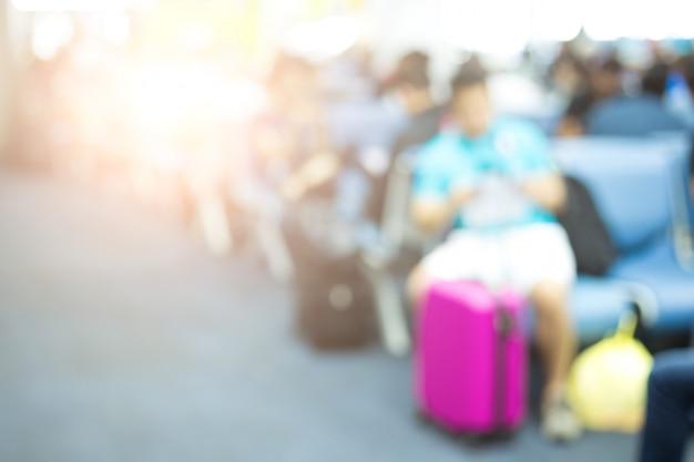 Рассеять людей, ожидающих вместе в аэропорту вылета самолета с багажом