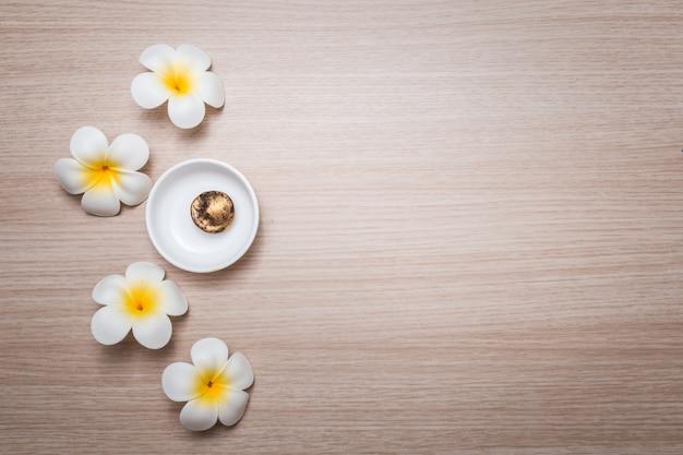 白い背景の上のフランジパニの花。スパの背景のための概念