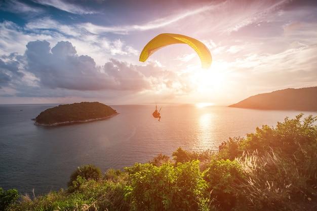 Параплан преследует закат на точке ветряной мельницы. пхукет, таиланд.
