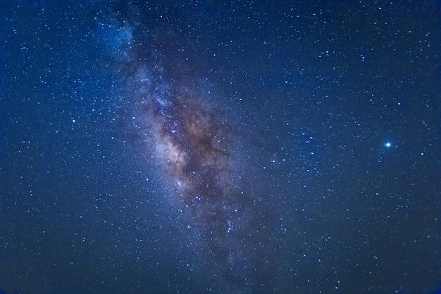 宇宙の星と宇宙の塵のある天の川銀河。