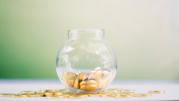 Баночка с монетами. экономия денег концепция