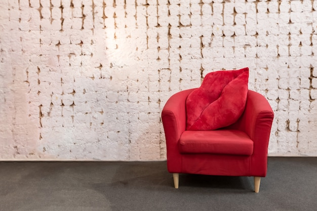 赤い布製の座席と豪華な木製フレームのアームチェア