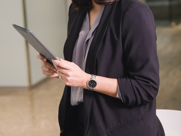 彼女のオフィスでタブレットを使用してビジネスの女性