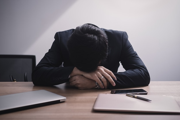 Бизнесмен терпит неудачу и серьезно в офисе