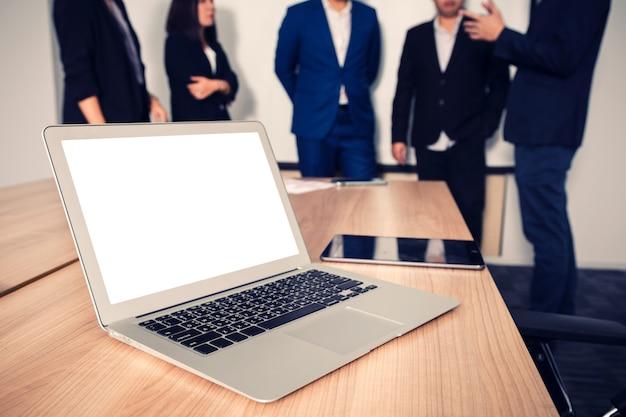 会議室のテーブルの上のノートパソコン