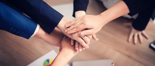 セミナー室のビジネス人々。企業の成功への取り組みブレーンストーミングチームワーク