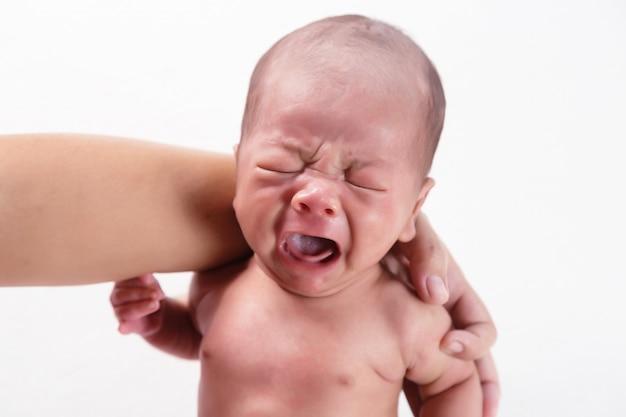 泣いている生まれたばかりの赤ちゃん