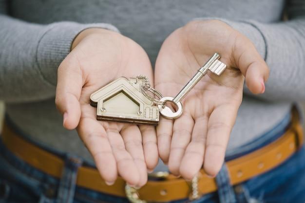 家の鍵を持っている女性の手