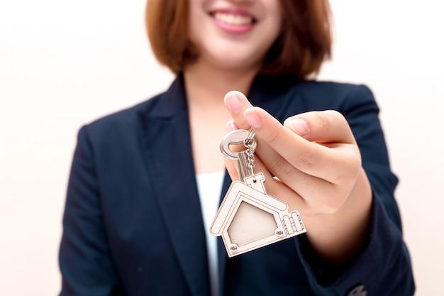家の売り手が家の鍵を保持しています。不動産事業のコンセプトです。