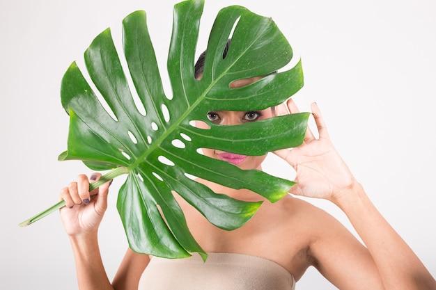 緑の葉を持つ女性。私