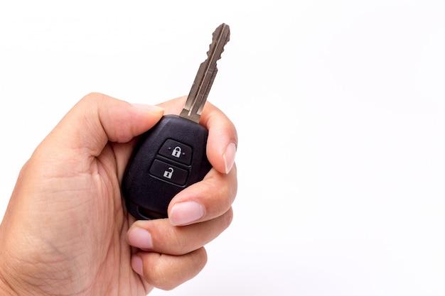 車のキーを持っている手