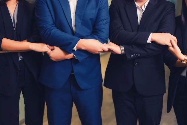 ビジネス人々のラインで手を合わせ