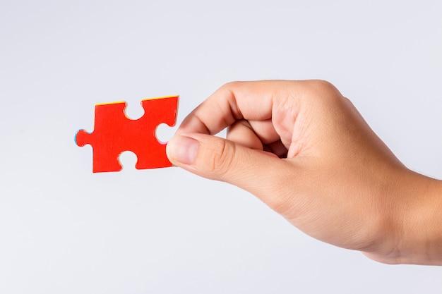 女性の手でジグソーパズルのピース