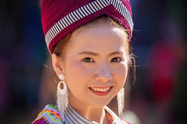 Хмонг девушка в традиционном платье на. дои интанон, чианг май, таиланд