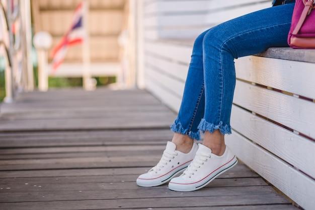 Крупным планом модели в белых кроссовках