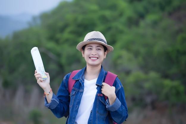 カンクラチャン国立公園タイで幸せな若いアジアの女の子