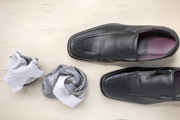 Мужские кожаные туфли и носки