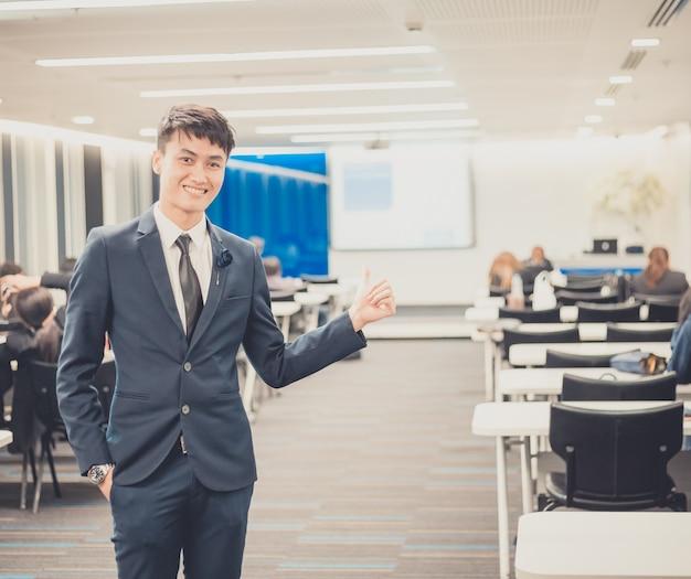 Портрет предпринимателя в бизнес-конференции.