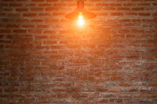 レンガの壁の電球