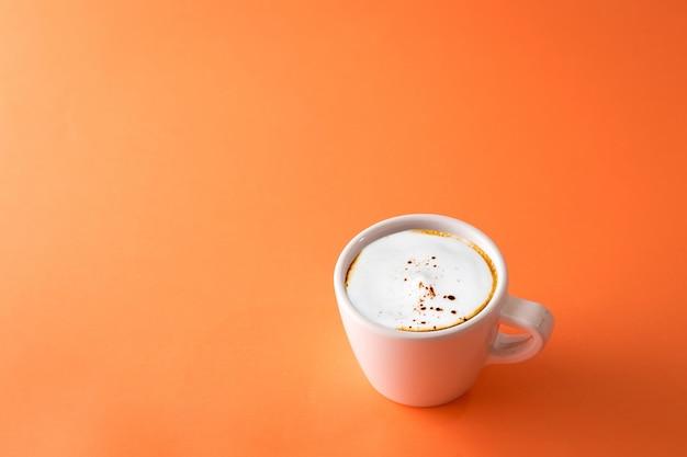 オレンジ色のコーヒーカップ