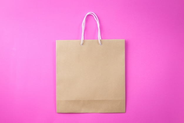Коричневая сумка для покупок один розовый и копия места для простого текста или продукта