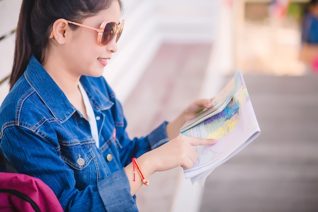 地図を見ている旅行者