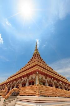Церковь имеет красивый золотой цвет в храме пхра махатхат или ват нонг ван. кхонкэн, таиланд