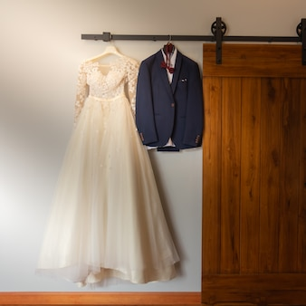 結婚式の日に新郎新婦のドレス
