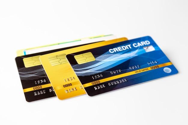 白い背景の上のクレジットカードのモックアップ。