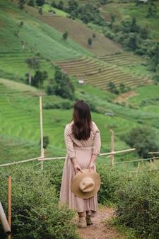 Женщина в шляпе и глядя на горы, па бонг пеанг, мэй джем, чианг май, таиланд