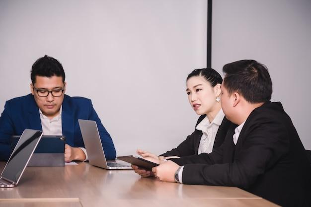 セミナールームのビジネス人々。チームワークをブレインストーミングする企業の成功に応える