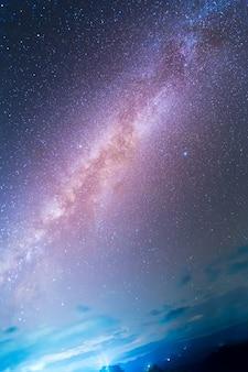 宇宙の星と宇宙塵のある天の川銀河。天文学。