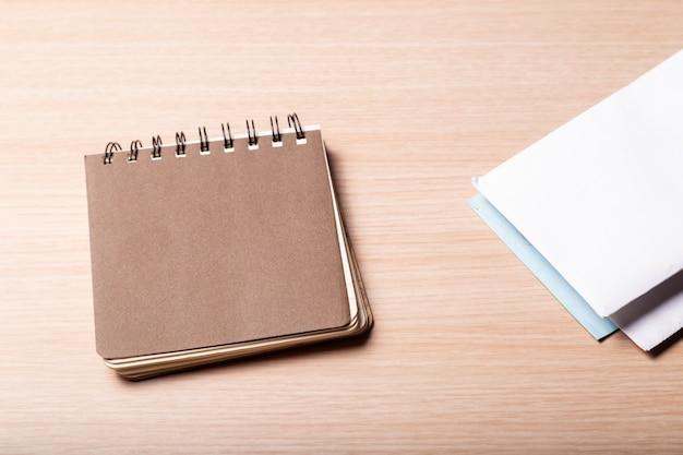 Блокнот или календарь с конвертом на столе