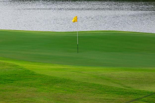 緑のゴルフコースの空。