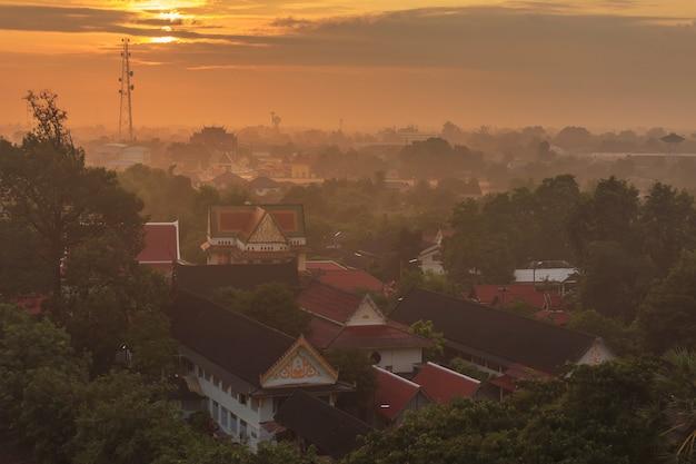 Вид сверху храма пхра махатхат буддийский храм и городской пейзаж ратчабури в провинции ратчабури, таиланд