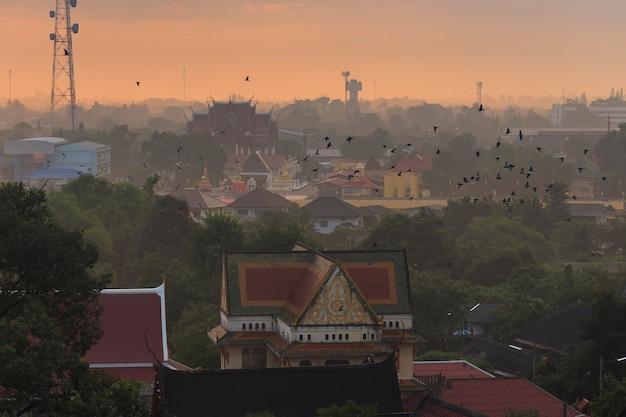 プラマハタート寺院のトップビュータイのラチャブリ県の仏教寺院とラチャブリの街並み