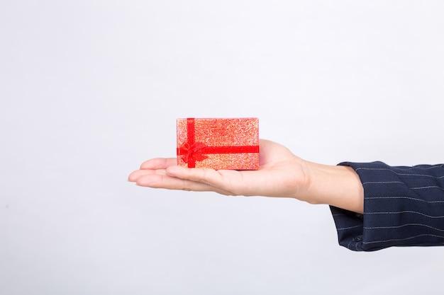 Красная подарочная коробка от деловой женщины