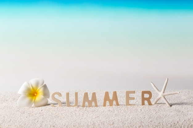 Летнее слово на тропическом пляже