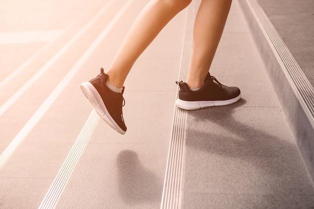 階段を歩いて若い大人の女性
