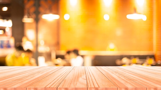 ぼやけた背景の木のテーブル