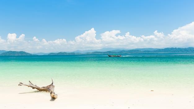 Белый песчаный пляж и длиннохвостый катер на острове кханг кхао