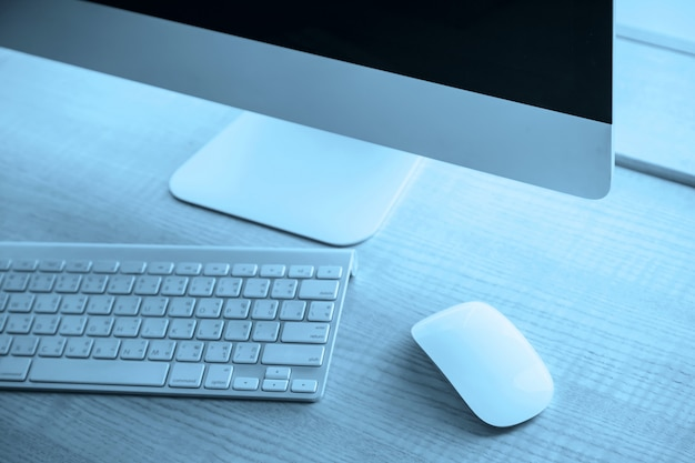 近代的なオフィスのワークデスク上のコンピューター