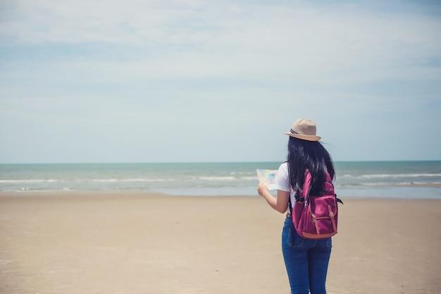 Молодое счастливое азиатское гриль на пляже