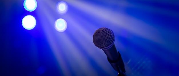 Микрофон в концертном освещении