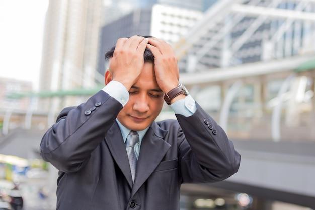 ビジネスの男性は彼の仕事の後疲れているまたは強調しました。