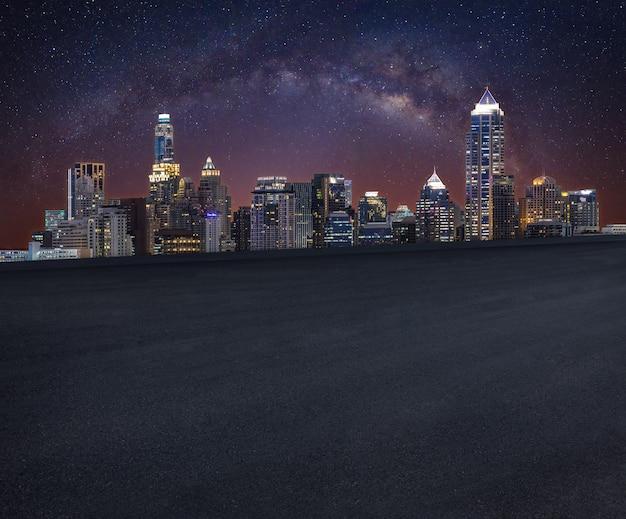 夜のスカイラインの道