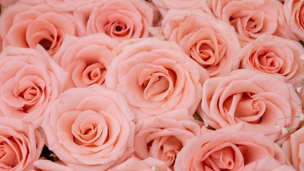 上からオレンジ色のバラの大きな束を閉じる